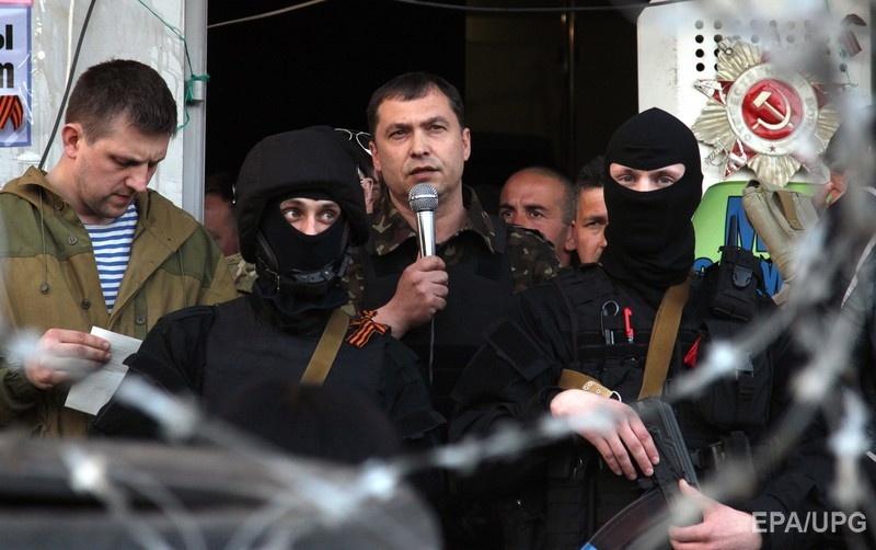 Болотов – в центре с микрофоном – во время захвата здания СБУ в Луганске, 25 апреля 2014 года. Фото: EPA
